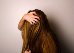 Troubles psychosomatiques liés aux cheveux : signification pelade, chute, pellicules